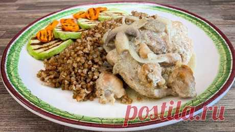 Курица с грибами, гречкой и овощами гриль И так, сегодня я расскажу, как дёшево накормить семью вкусным, полезным и сбалансированным обедом.  Примерно 85 р. за  большую порцию.   Рецепт на 6 порций: Гречка - 600 г. Филе куриное - 1000 г. Сметана - 4 ст.л Мука - 1 ст.л Лук - 2 шт. Грибы - 300 г. Кабачки - 1 шт. Морковь - 1 шт....