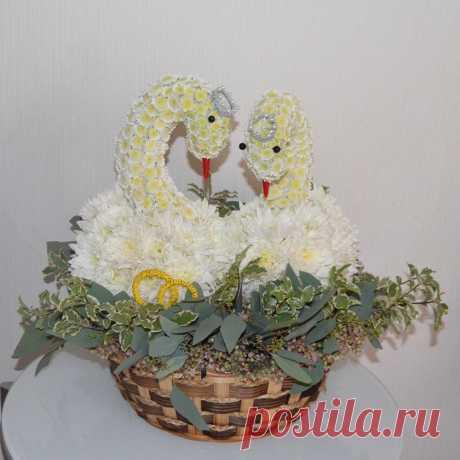 Игрушка из цветов «Лебеди» на свадьбу в интернет-магазине «Вокруг цветов»