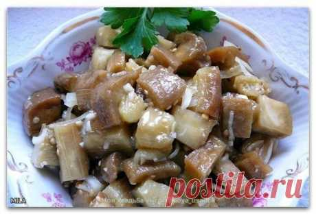 """Баклажаны маринованные """"под грибы""""  Когда на дворе лето и овощное изобилие, то хочется приготовить что-нибудь вкусненькое из овощей. Сегодня я хочу поделиться с вами проверенным вкусным рецептом, который всегда уходит """"на ура"""" не только дома, но и на пикниках. Рецепт маринованных баклажанов под грибы хорош тем, что его можно есть в качестве холодной закуски, в качестве салата и консервировать в банки на зиму.  Ингредиенты: 5 кг баклажан, 3 стол.ложки соли, 0,5 кг лука репч..."""