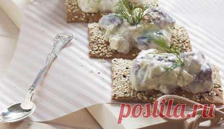 Закуска из маринованной сельди со сметаной и яблоками - www.iznorvegii.com.ua