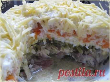 Салат «Охотничий» Салаты — это периодами хлопотно, но всегда очень вкусно. Сегодня мы будем готовить салат «Охотничий». Готовится блюдо слоями, а заправляется обычно майонезом, завершающим слоем идет сыр.  Ингредиенты: Куриное филе — 250 грамм; Картофель — 2 шт.; Яйца куриные — 3 шт.; Морковь — 1 шт.; Огурцы маринованные — 2 шт.; Грибы маринованные — 150 грамм; Сыр твердый — 200 грамм; Майонез по вкусу.  Способ приготовления: 1. Отварите яйца вкрутую, мясо до готовности, о...