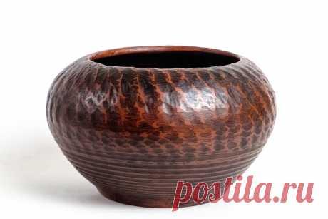 Горшок выполнен на гончарном круге из красной глины. Молочный обжиг, лощение, покрыт ганозисом.