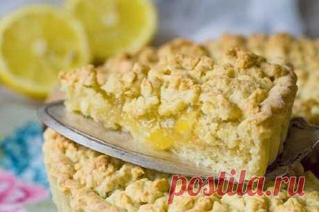 Лимонный пирог  Продукты: 1 крупный или 2 маленьких лимона; 100 гр сахара; 2 ст ложки крахмала; 250 гр муки; 1 яйцо; 70 гр холодного сливочного масла; щепотка соли; 2 ст ложки сахара.  Лимон тщательно моем, срезаем хвостик и заливаем его крутым кипятком. Оставляем при комнатной температуре остывать. Это делаем для того чтобы из цедры пропала горечь. Затем остывший лимон нарезаем, удаляем косточки и вместе с сахаром пробиваем в блендере до кашеобразного состояния. Начинка г...