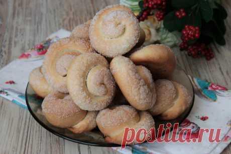 Слоистые «Сахарные улитки» на кефире: вкусная, быстрая выпечка к чаю из минимальных продуктов