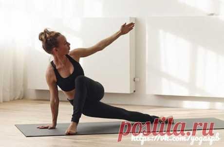 Позы для красивых ягодиц.   1. Уткатасана (поза стула). Это упражнение также знакомо многим из обычных фитнес-занятий, однако в йоге оно зачастую сочетается с пранаямой.  2. Шалабхасана (саранча). В этой асане человек, лежа на животе, поднимает руки и ноги вверх, напрягая и вытягивая все мышцы. Поза полезна для растяжки мышц задней поверхности бедра, ягодичных и мышц нижней части спины. Показать полностью...