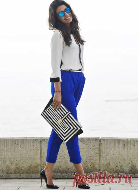 С чем носить синие брюки женские: фото стильных образов. Синие брюки отличаются тем, что подходят для образа в любом стиле.  Данный вариант одежды может иметь как прямой, так и зауженный или широкий крой, но в любом случае брюки следует дополнить подходящей обувью и верхней одеждой. Синий цвет по сочетаемости не так уж проигрывает черному, к нему подходит не мало ярких и пастельных цветов.