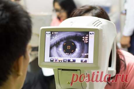 Ласковый «убийца» зрения. Как возникает глаукома и есть ли от неё спасение Видите ли вы радужные круги при взгляде на свет или яркую лампу? Замечаете ли сужение поля зрения со стороны носа, если закроете один глаз? Любой из этих симптомов может говорить о наличии глаукомы.