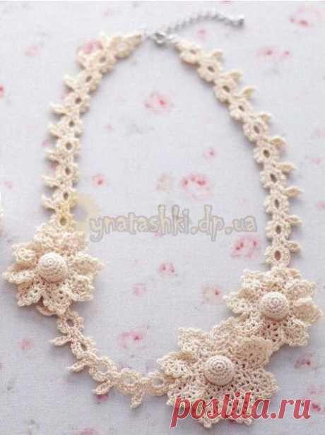 Вязаное ожерелье с цветами