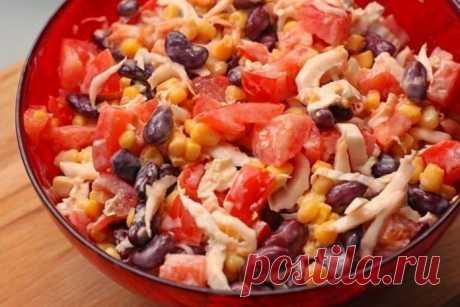 Простой салатик с курицей, фасолью и овощами для позднего ужина!