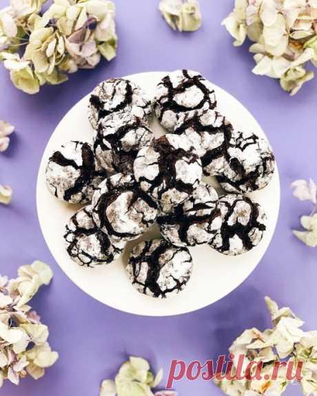 Шоколадное печенье с трещинками