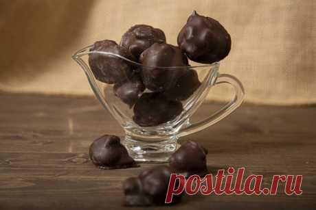 Prunes in chocolate