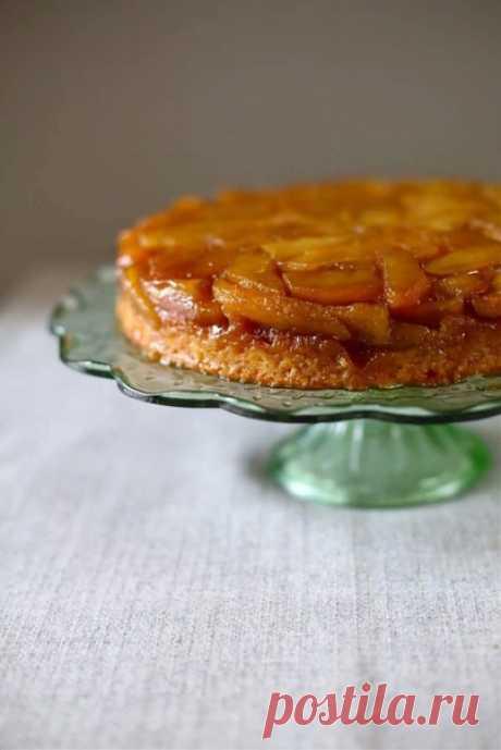 ПЕРЕВЕРНУТЫЙ ЯБЛОЧНЫЙ ПИРОГ #лакто_вегетарианство@just_veg  ИНГРЕДИЕНТЫ:  - около 1 кг яблок (очистить от кожуры и сердцевины) - 4 стол. лож. сливочного масла - 2/3 стакана коричневого сахара - 2 ч. лож. сока лимона - около 1 стакана муки - 1 ч. лож. разрыхлителя - 1/2 ч. лож. соли - 3/4 стакана сахарного песка - 6 стол. лож. сливочного масла (растопленного и охлажденного) - 1/2 стакана сметаны или кефира - ванильный экстракт или ванилин   ПРИГОТОВЛЕНИЕ:  Круглую форму сма...