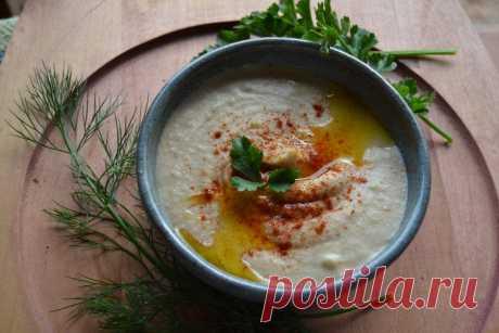 Хумус из белой фасоли - одна из самых популярных закусок в Израиле - Пир во время езды Строго говоря, хумус — это название турецкого гороха и блюда, из него приготовленного. Но, что делать, если на твоей кухне нет ни одной турецкой горошины. А хумус нужно приготовить к ужину следующего дня. Это одна из самых популярных закусок в Израиле, да и на всем Ближнем Востоке. Я читала, что один предприимчивый еврейский таксист из […]