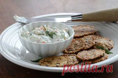 Соус с копченым лососем Соус из копченого лосося с луком, укропом, сметаной и сливочным сыром. Подавайте с нарезанным хлебом, чипсами или крекерами.