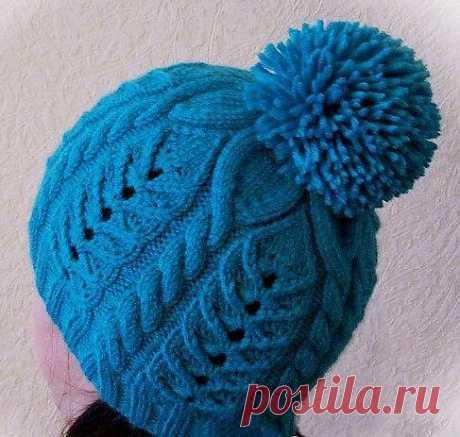 Синяя шапочка спицами.