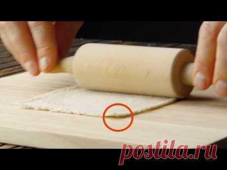 Раскатываем ломтик хлеба скалкой і додаємо начинку. І це тільки почало!