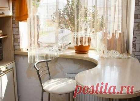 Идея для маленькой кухни — кухонный стол вместо подоконника