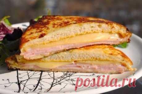 """Сэндвич """"Монте-Кристо""""  Ингредиенты (на 2 сэндвича):  4 ломтика мягкого тостового хлеба 2 ч.л. горчицы 2 ч.л. майонеза [Можно использовать только горчицу или только майонез, по вкусу] 4 больших тонких ломтика нарезки (ветчины, нарезки из грудки индейки, или и того, и другого) 2 ломтика хорошо плавящегося сыра средней твердости (типа эмменталя или грюйера) 1 яйцо"""