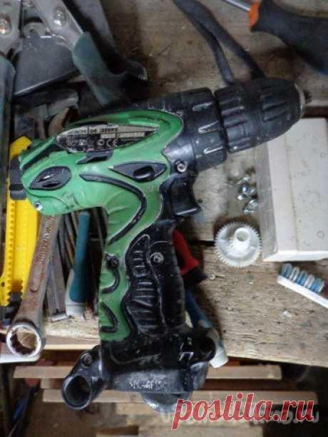 Мелкий ремонт аккумуляторной дрели-шуруповерт HITACHI 12 вольт, модель DS12DVF3 Всем только доброго времени суток!В данной статье хочу затронуть тему о своевременном ремонте как электроинструмента так и аккумуляторного.Многие не задумываются о том что грязь, пыль и подобное может вывести из строя даже самую надёжную технику, а быть причиной поломки одной детали из-за чего весь
