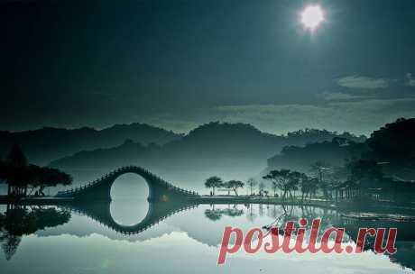 Этот совершенно уникальный мост находится в городском парке Даху в столице острова Тайвань, городе Тайбэй. Он был разработан таким образом, что его отражение в стоячей воде и сама арка образуют круг, который символизирует луну.