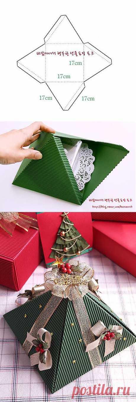 Новогодние коробочки из гофрокартона в форме треугольной пирамидки.