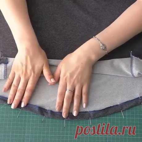 Как подшить расклешенную юбку или деталь овальной формы - ШЬЮ САМА Юбки с широким низом— солнце, полусолнце или даже четырехклинка требуют особого подхода при подшивании низа изделия. Главное правило при любом способе подшивки- не делать широкую подгибку. Чем шире юбка, тем уже подгибка. При выборе способа обработки руководствуются качеством материала и фасоном. Не задумываясь назовем шесть способов обработки низа. окантовкой, опиковкой, московским швом, обтачкой, швом в …