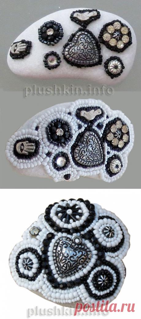 Черно-белая мозаика из бисера на камнях