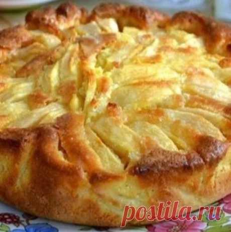 Нежнейший яблочный пирог   Такой пирог влюбит в себя многих, ведь готовить его мега просто, а кушать очень вкусно. Попробовав кусочек такого пирога, вы навсегда забудете о шарлотке. Теперь у вас есть новый любимый рецепт.  Продукты: Яблоки — 4 шт. Мука — 180 гр. Желток — 2 шт. Сахар — 140 гр. Масло сливочное (можно маргарин)- 50 гр. Молоко — 125 мл. Разрыхлитель — 4 гр. Соль — 2 гр.  Как приготовить пирог с яблоками в духовке: Желтки перетрите с сахаром до бела. Сахара бер...