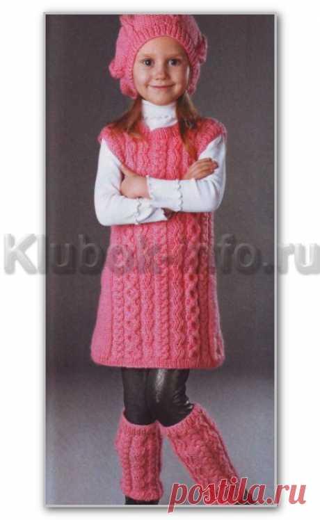 Вязание спицами. Фотогалерея детских моделей. Однотонный комплект с косами: платье-туника, берет и гетры для девочки 6-7 лет