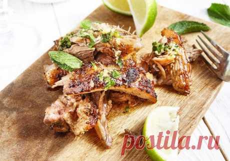 Свиная лопатка в духовке. Рецепт приготовления свиной лопатки по-кубински, как и всякий приличный рецепт, имеет свою изюминку. Это тонкий цитрусово-пряный, с очень лёгкой кислинкой, вкус запечённого мяса. Такой вкус у мяса получится от кубинского соуса моджо.   Кстати, по этому рецепту мясо можно готовить не только в духовке, но и на мангале.