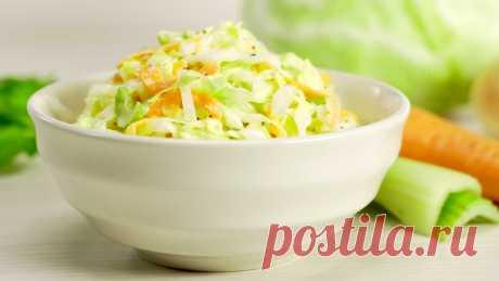 """Салат из капусты """"Коул слоу""""  — видео рецепт Знаменитый салат Коул Слоу родом из Америки. Cole Slaw в переводе - нашинкованная капуста. Вот так просто называется этот салат, ставший популярным во всем мире. Специальный соус, делает основной ингредиент - белокочанную капусту, особенно сочной, а свежие овощи - морковь и сельдерей придают особенный вкус."""