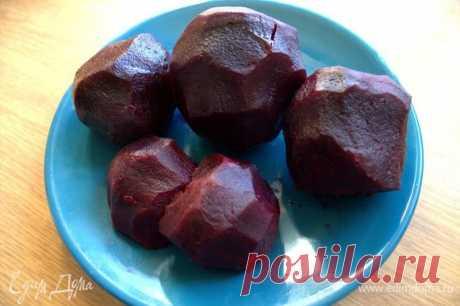 Свекольная закуска с тунцом. Ингредиенты: свекла вареная, тунец консервированный, лук красный