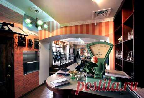 """Интерьер ресторана """"Покровские Ворота"""", воссоздающий атмосферу культового фильма и Москвы 50-х годов ХХ века. Входная зона."""
