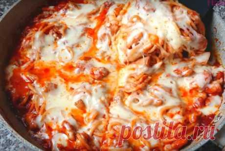 Макароны, приготовленные таким способом получаются безумно вкусными. Томат придает им сочность, мясо — сытность, а сыр — легкую пикантную нотку.Готовится блюдо в считанные минуты и из продуктов, которые есть в любом холодильнике. Необходимые продукты 350 грамм макарон 350 грамм томатного пюре 300 грамм куриного филе соль, перец по вкусу 100 грамм сыра половина луковицы сушеный чеснок растительное масло Начинаем приготовление В кастрюлю наливаем воду, всыпаем соль и доводим до кипения. Затем кла