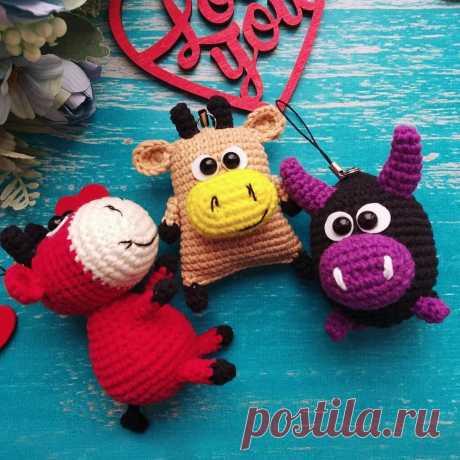PDF Брелоки коровки и бычки крючком. FREE crochet pattern; Аmigurumi animal patterns. Амигуруми схемы и описания на русском. Вязаные игрушки и поделки своими руками #amimore - корова, коровка, телёнок, бык, маленький бычок.