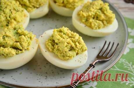 Яйца, фаршированные авокадо и сыром | Foodbook.su Яйца, фаршированные авокадо и сыром – простая и вкусная закуска, которую можно приготовить буквально за считанные минуты. Особенно это ценно в загруженный праздничный день или когда внезапно нагрянули