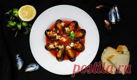 Мидии саганаки греческие (Mussels Saganaki). «Saganaki» — традиционные греческие закуски, готовящиеся в небольшой сковороде с добавлением сыра. Обычно это мидии или креветки.  Подайте мидии по этому рецепту со свежим хлебом и наслаждайтесь с бокалом белого сухого вина!