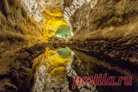 Пещера на острове Лансароте (Канарские острова) образовалась около 4000 лет назад в результате извержения вулкана. Автор фото — Андрей Молодой: nat-geo.ru/photo/user/121654/