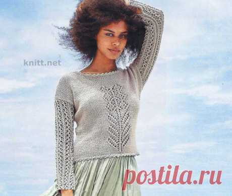 Вязаный спицами ажурный пуловер.