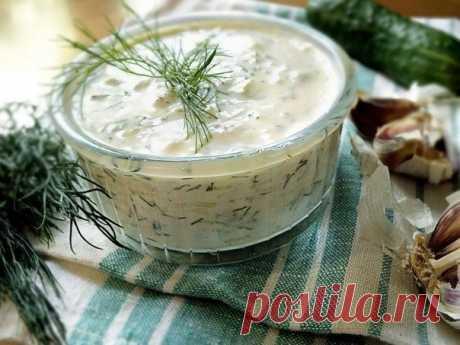 """La salsa \""""Tsatsiki\"""" - la salsa-colación del yogurt, el pepino fresco y el ajo"""