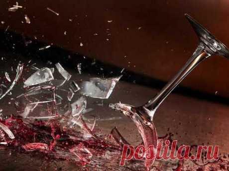 Кчему бьется посуда вдоме: приметы Разбитые тарелки ичашки— явление неприятное ичастое, имногие считают, что оно сулит неприятности. Так это или нет, можно узнать изпримет, оставленных нашими наблюдательными предками.