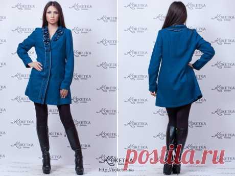 Эксклюзивное осеннее пальто глубокого синего цвета. Воротник и передняя планка слегка присобраны и украшены цветами из ткани в тон пальто. Длина до середины голени.