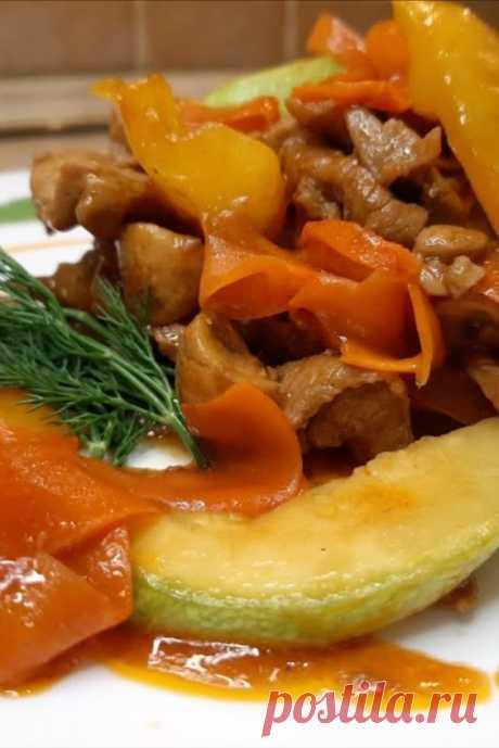 Свинина в кисло - сладком соусе с ананасами, рецепт домашний! Сегодня мы приготовим свинину в кисло-сладком соусе. Иногда так хочется чего-нибудь кисло-сладкого, китайского, особенно когда устал от однообразных блюд. Готовится данное блюдо совсем не сложно, самое главное правильно приготовить овощи и оставить их в полуготовом состоянии, при этом они сохранят гораздо больше витаминов.