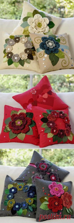 Подушки, украшенные цветочками крючком