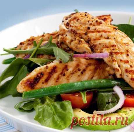 С чем сочетать куриную грудку: 15 простых и вкусных идей   1. Куриная грудка + винегрет  2. Куриная грудка + брокколи  3. Куриная грудка + цветная капуста  4. Куриная грудка + салат из рукколы, с добавлением оливкового масла  5. Куриная грудка + гречка + помидорки  7. Куриная грудка + овощной салат (морковь + брокколи + сладкий перец + лук)  8. Куриная грудка + ржаной хлебец + сыр  9. Куриная грудка + фасоль и горошек, измельчите их блендером, добавьте чеснок и чуть-чуть о...