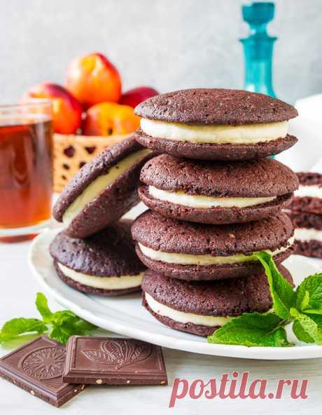 Вупи пай со сливочным кремом на Вкусном Блоге Начнем неделю со сладенького? Вупи пай – это американский десерт, который представляем собой сэндвич из двух шоколадных мини-бисквитов с начинкой посередине. Сегодня я предлагаю, наверное, самый популярный вариант этого десерт – с начинкой из сливочного сыра (он же крим-чиз). Казалось бы, что тут такого – всего лишь шоколадное тесто и…
