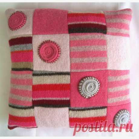 Подушки из старых свитеров.