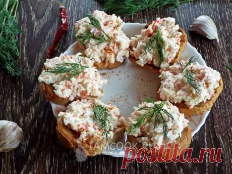 Бутерброды с крабовыми палочками, плавленым сыром и чесноком — рецепт с фото пошагово. Приятные по вкусу и нежные бутерброды с крабовыми палочками, сыром и чесноком. Готовить можно в любое время дня.