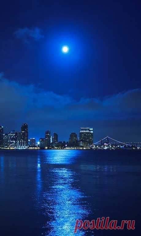 Голубой свет полной луны