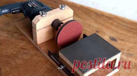 Настольный шлифовальный станок из электрической дрели Нет возможности изготовить для домашней мастерской гриндер или купить шлифовальный станок? Что же, на первое время можно обойтись и самым примитивным